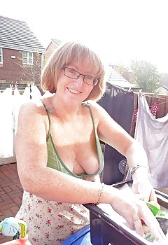 Downblouse Cleavage Pics